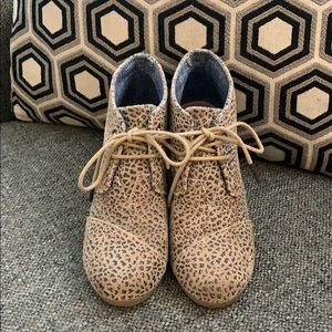 LIKE NEW TOMS lace up wedges in animal print